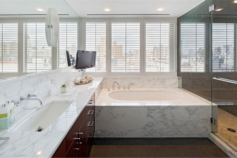 rivestimento-bagno-moderno-marmo-bianco-venature