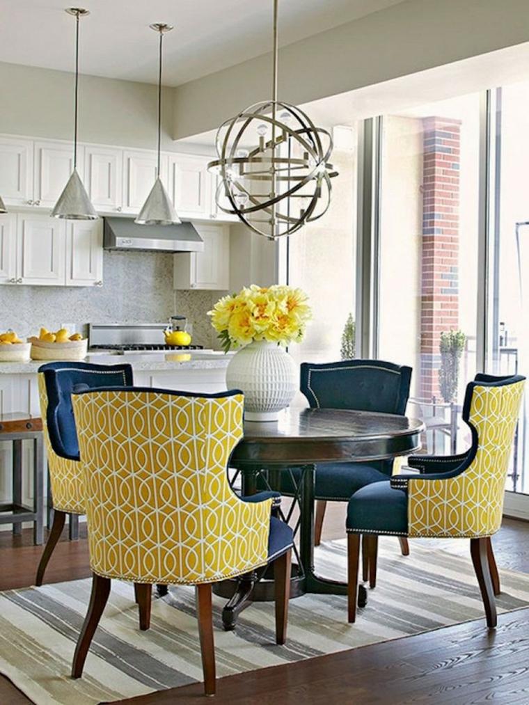sala da pranzo cucina tavolo sedie cucina legno lampadario finestre tappeto