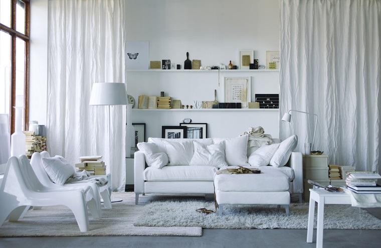 stile-nordico-salotto-divani-tavolo-bianchi