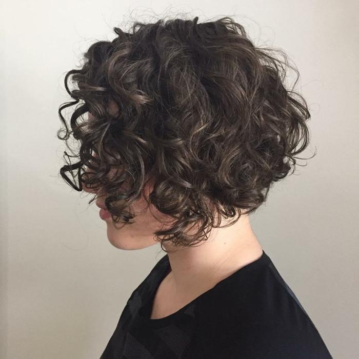 tagli-capelli-corti-2017-estate-ricci-taglio-femminile-trend-della-stagione-idee-bellezza-capelli-raccolti