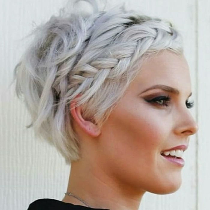 tagli-capelli-corti-bianchi-taglio-capelli-treccia-diadema-bionda-stagione-vestito-maglia-grigia-ragazza-femminili-donna