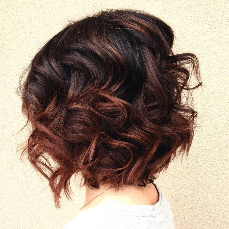 tagli capelli corti-caschetto-ondulato