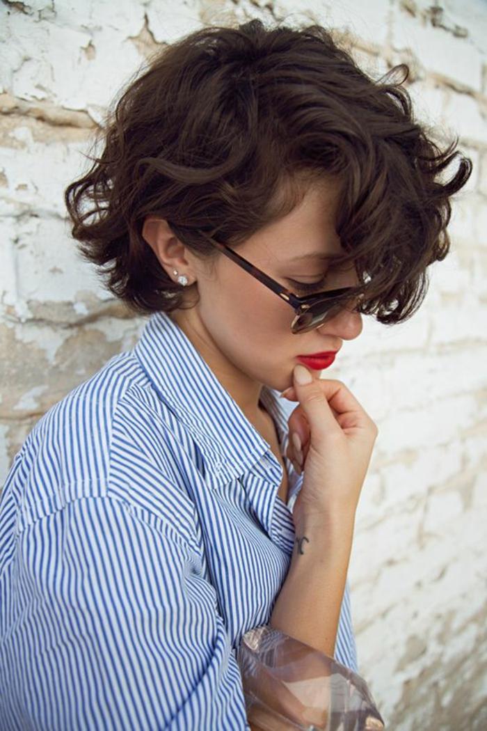 tagli-di-capelli-corti-taglio-capelli-effetto-naturale-gel-ovale-faccia-stagione-vestito-maglia-grigia-ragazza-femminili-donna