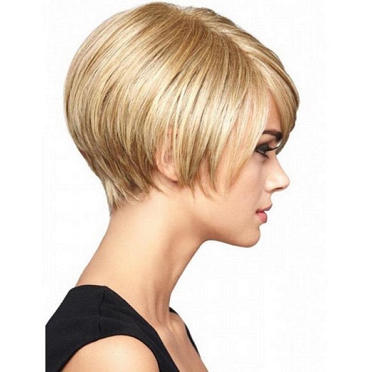 taglio-capelli-corti-caschetto-liscio