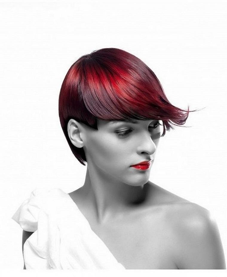 taglio-capelli-corti-ciuffo-lungo-colorato