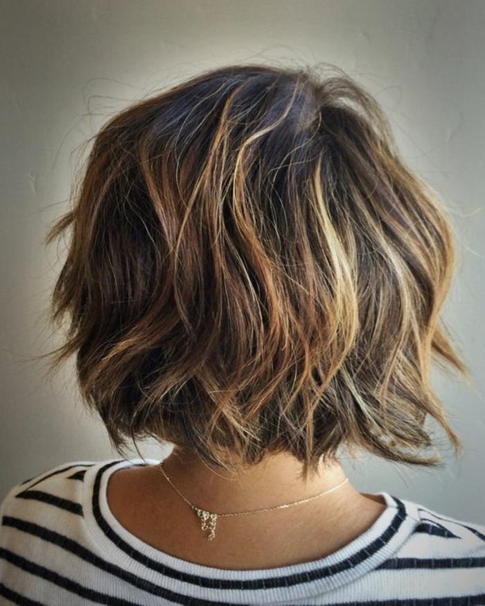 taglio-capelli-corti-taglio-dietro-capelli-effetto-naturale-gel-ovale-faccia-stagione-vestito-maglia-grigia-ragazza-femminili-donna