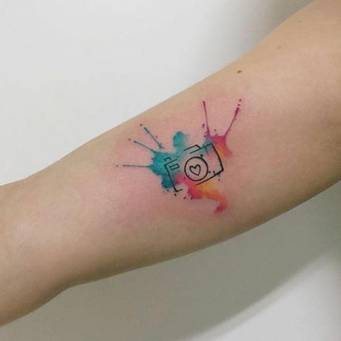 tatto-piccoli-braccio-colorate-ragazza-splatter-fotocamera-tatuaggio-bianco-e-nero