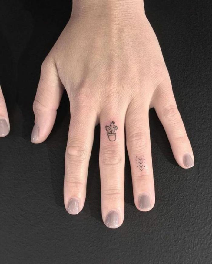 tatto-piccoli-cactus-sulle-dita-tatuaggio-pianta-mano-simboli-cacti-medio