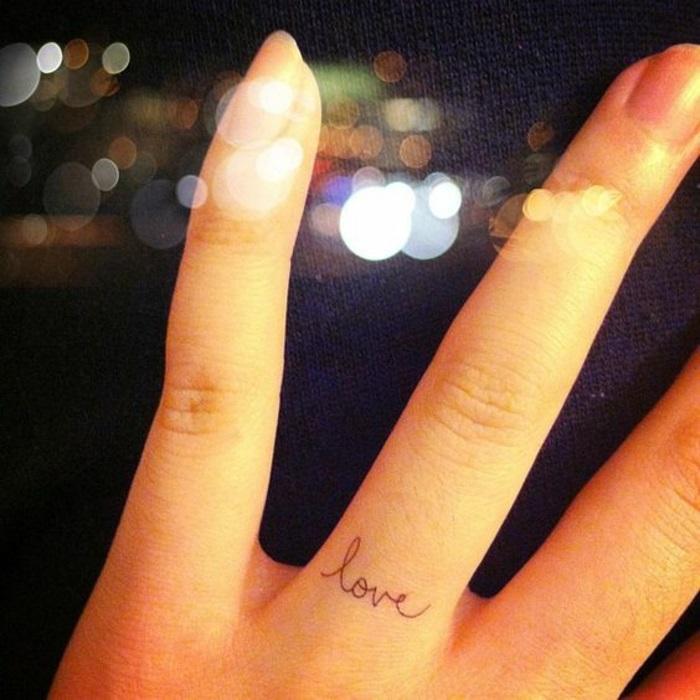 tatto-piccoli-dita-anello-anulare-ragazza-tatuaggio-dito-nero-scritta