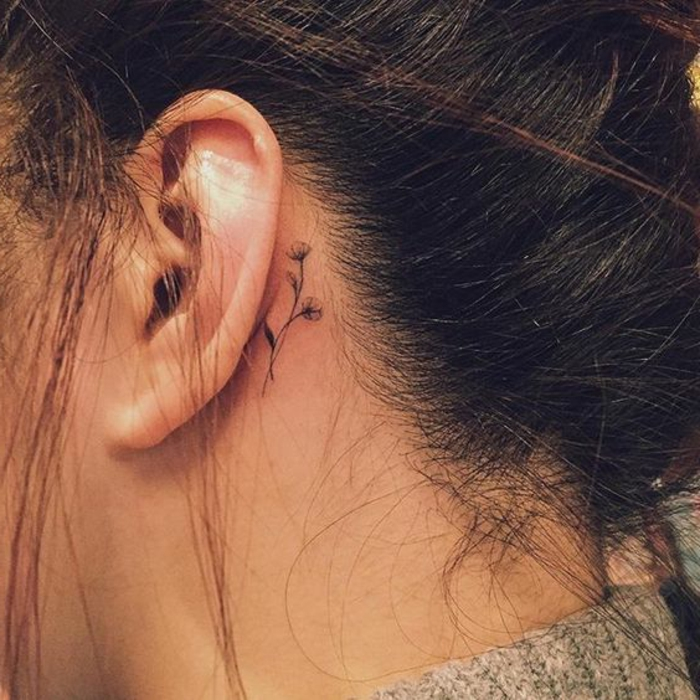 tatuaggi-piccoli-dietro-orecchio-femminile-sotto-capelli-alzati-fiore-semplice