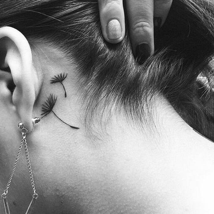 tatuaggi-piccoli-simbolo-dente-di-leone-dietro-orecchio-soffione-capelli-a-coda-nascosto