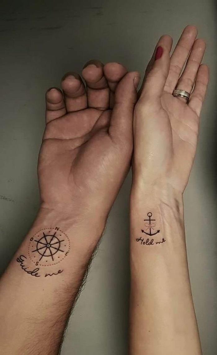 tatuaggi-scritte-dita-mani-e-polso-semplici-piccolo-donna-uomo-coppia