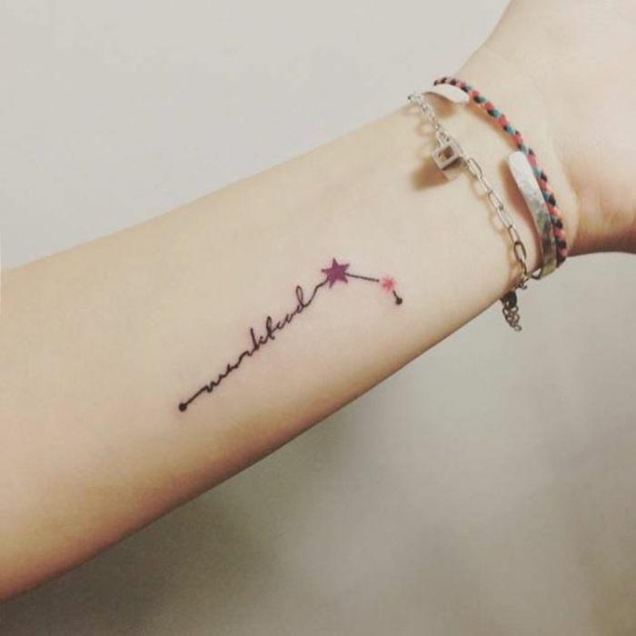 tatuaggi-scritte-eleganti-femminili-rossi-neri-polso-braccio-fine-piccolo
