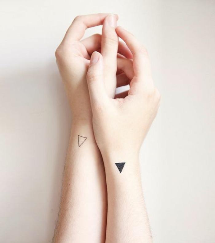 tatuaggi-semplici-piccoli-polso-braccio-mani-cuore-piccolo-nero-pieno