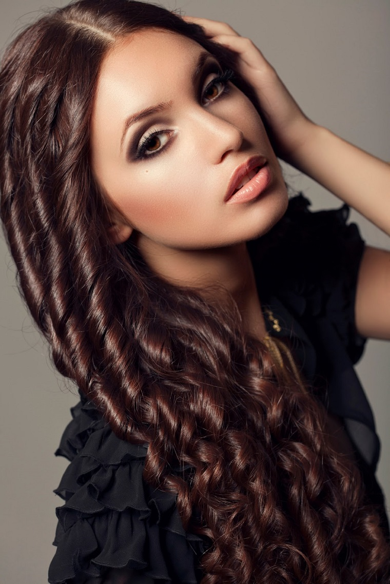 acconciatura-capelli-lunghi-boccoli-riga-mezzo