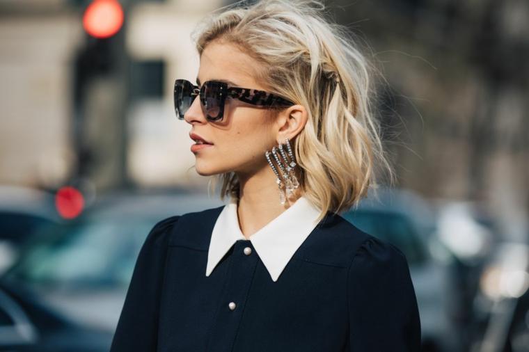 Caschetto corto, donna con capelli biondi, camicia nera colletto bianco