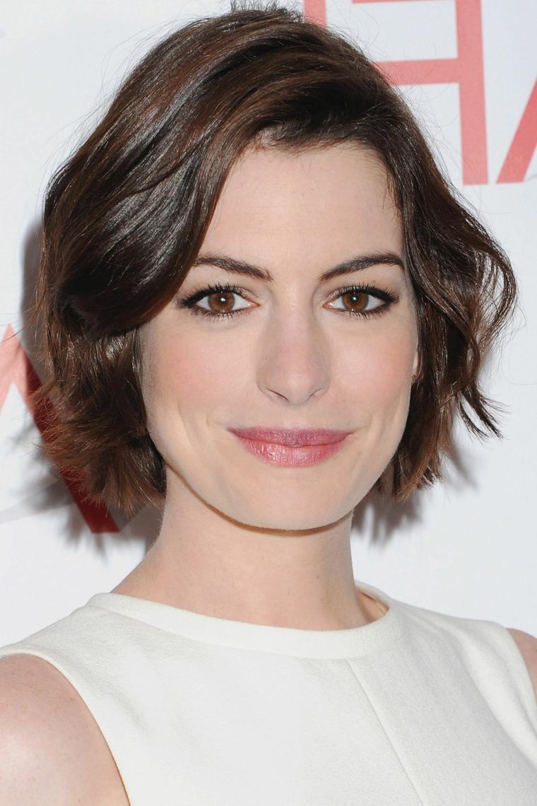 Taglio corto dietro e lungo davanti, Anne Hathaway con capelli castani