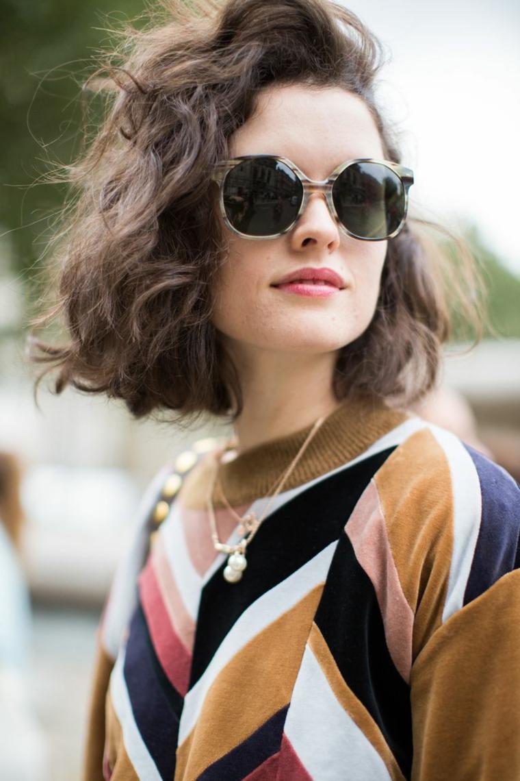 Tagli corti femminili, donna con occhiali da sole, capelli mossi castani