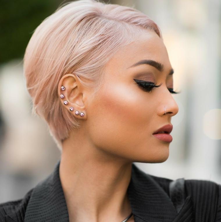 Capelli shatush rosa, pettinature capelli corti, orecchini sull'orecchio