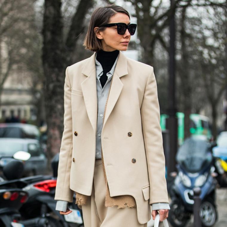 Capelli corti donna, taglio carré, donna con occhiali da sole