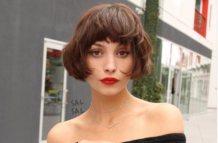 Pettinature capelli corti, donna con frangia, capelli carré con frangia