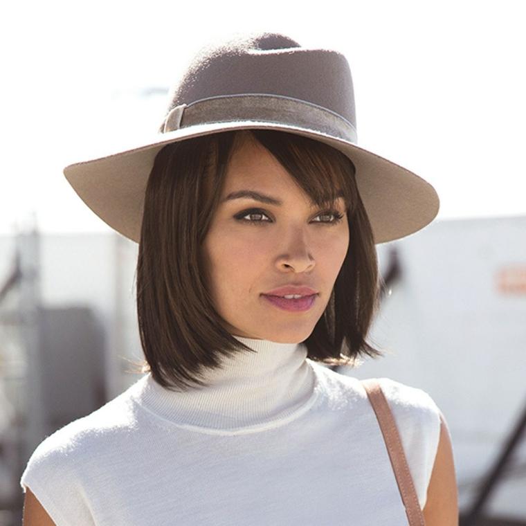Tagli corti femminili, donna con cappello, capelli castani lisci
