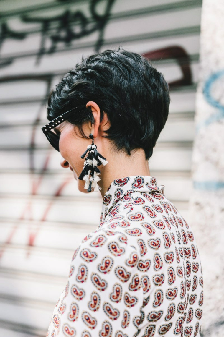 Acconciature capelli corti ricci, donna con camicia colorata, orecchini pendenti