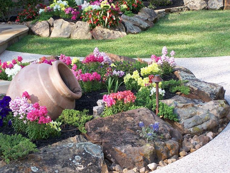 giardini con sassi-fiori-anfora-terracotta