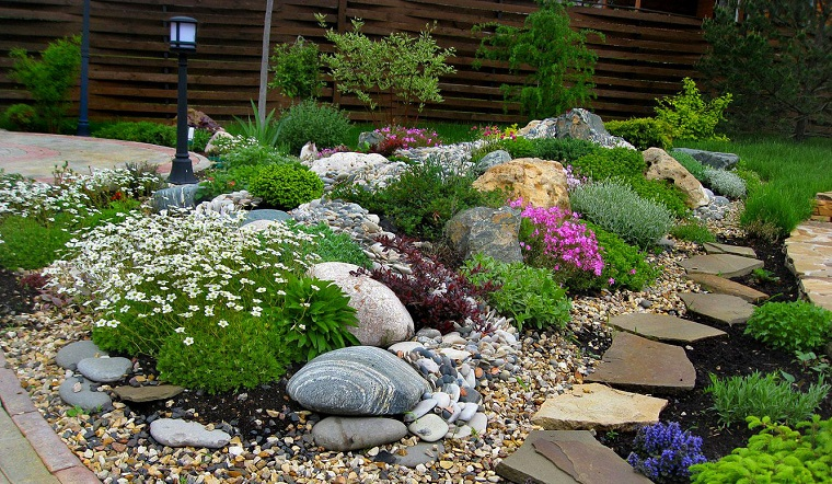 giardini-con-sassi-piante-fiori