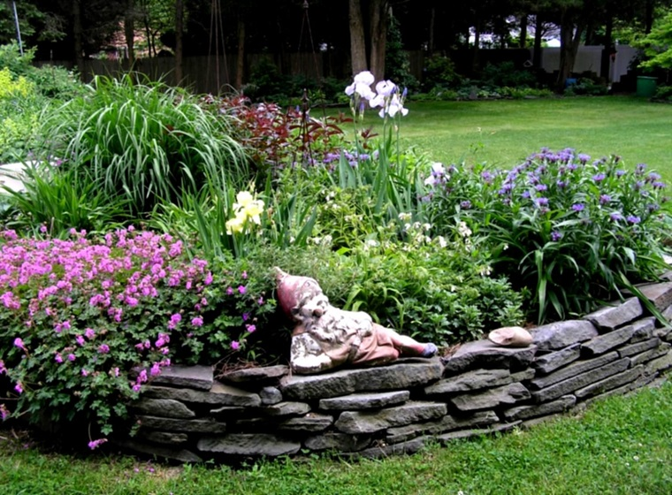 giardino-con-sassi-idea-aiuola-statua