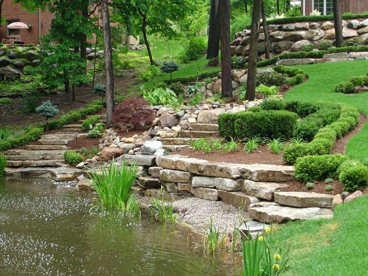 giardino-con-sassi-naturale-laghetto