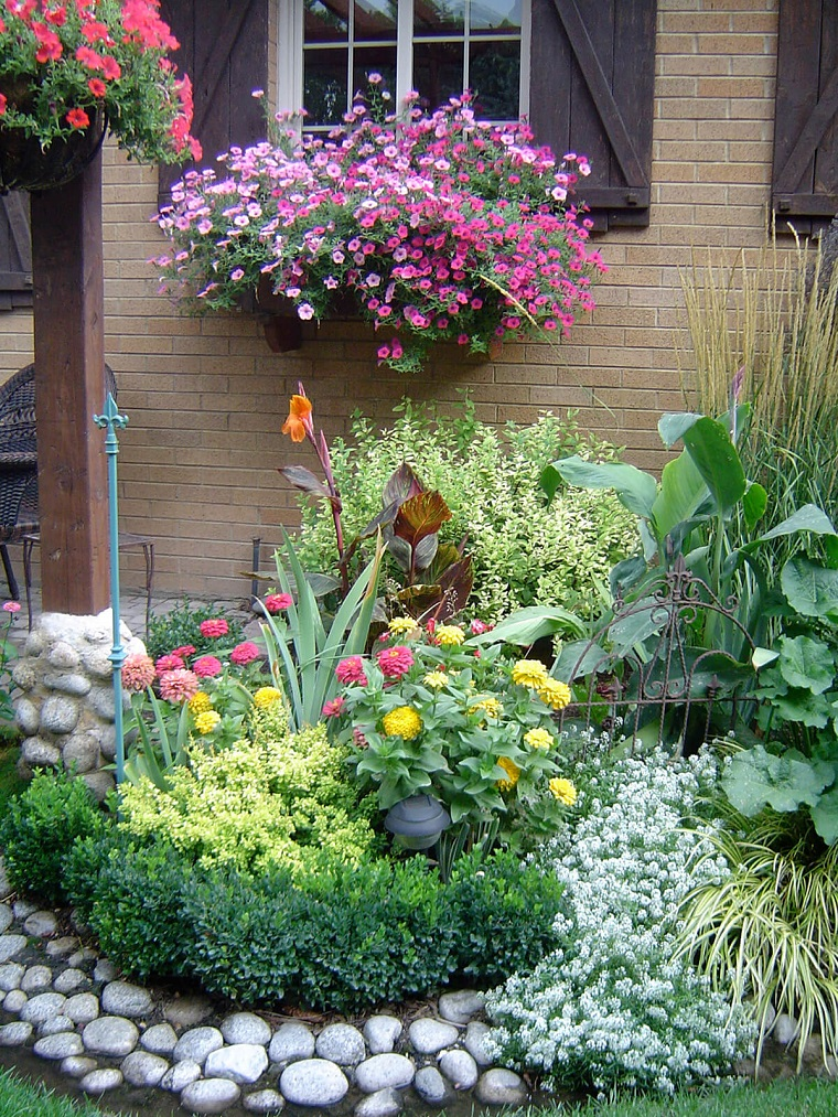 Giardini con sassi tante idee per valorizzare lo spazio for Piccoli giardini fioriti