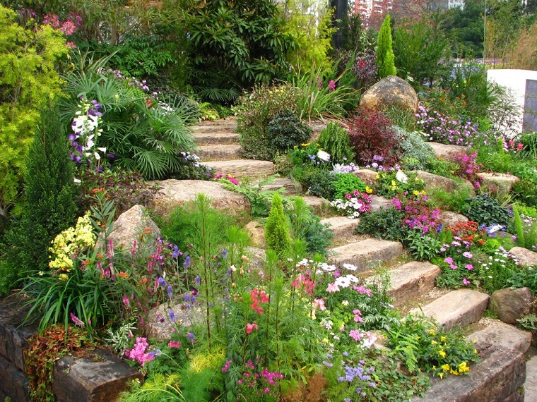 giardino-con-sassi-scalinata-piante-fiori