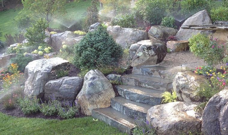 giardino-con-sassi-scalinata