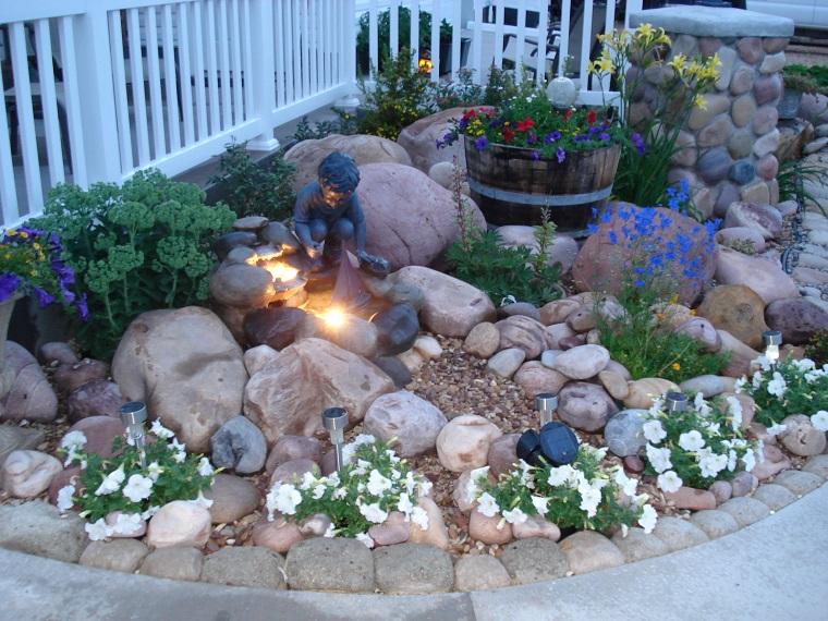giardino-con-sassi-statuina-fiori