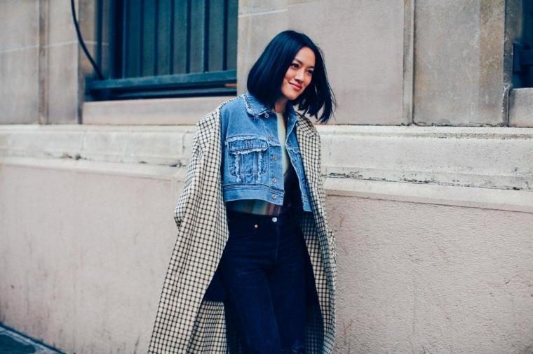 Tagli corti femminili, donna con capelli neri, abbigliamento giacca jeans