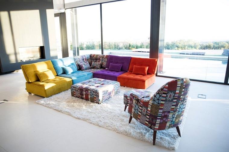 mobili anni 60-divano-pouf-colorati