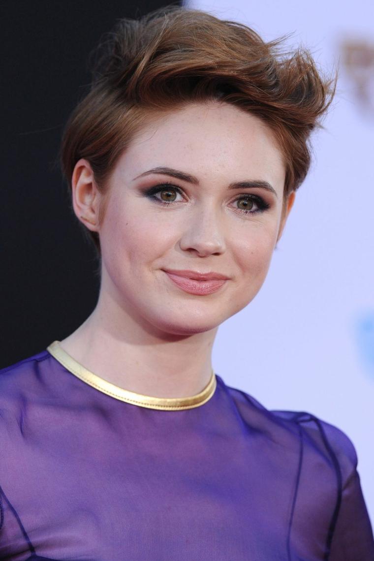 Tagli capelli corti, donna con pettinatura maschile, abito di colore viola