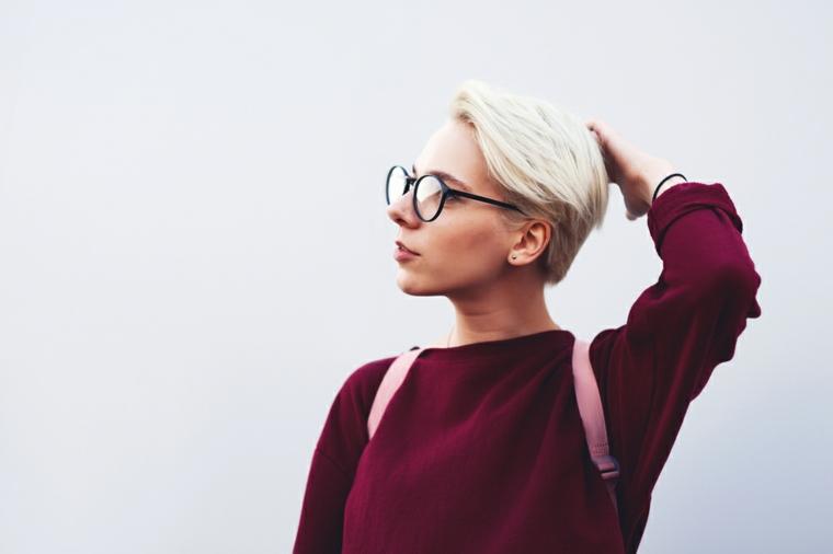 Acconciature capelli corti, donna con capelli biondi, occhiali da vista neri
