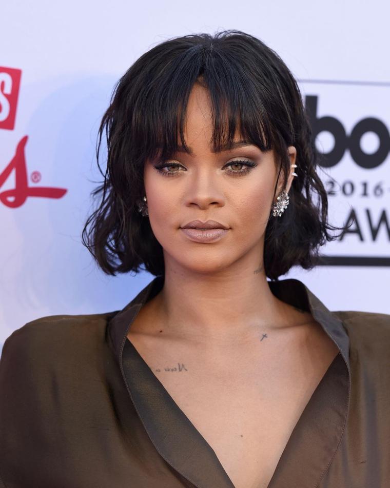 Acconciature capelli corti ricci, pettinatura con frangia, la cantante Rihanna