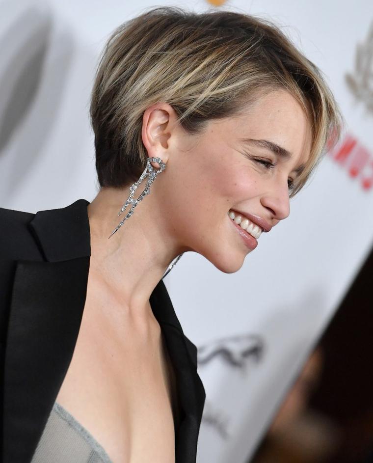 Taglio corto dietro e lungo davanti, donna con capelli biondi, taglio carré scalato