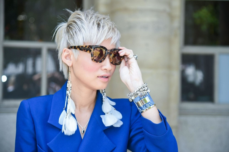 Taglio corto dietro e lungo davanti, donna con capelli biondi, giacca di colore blu