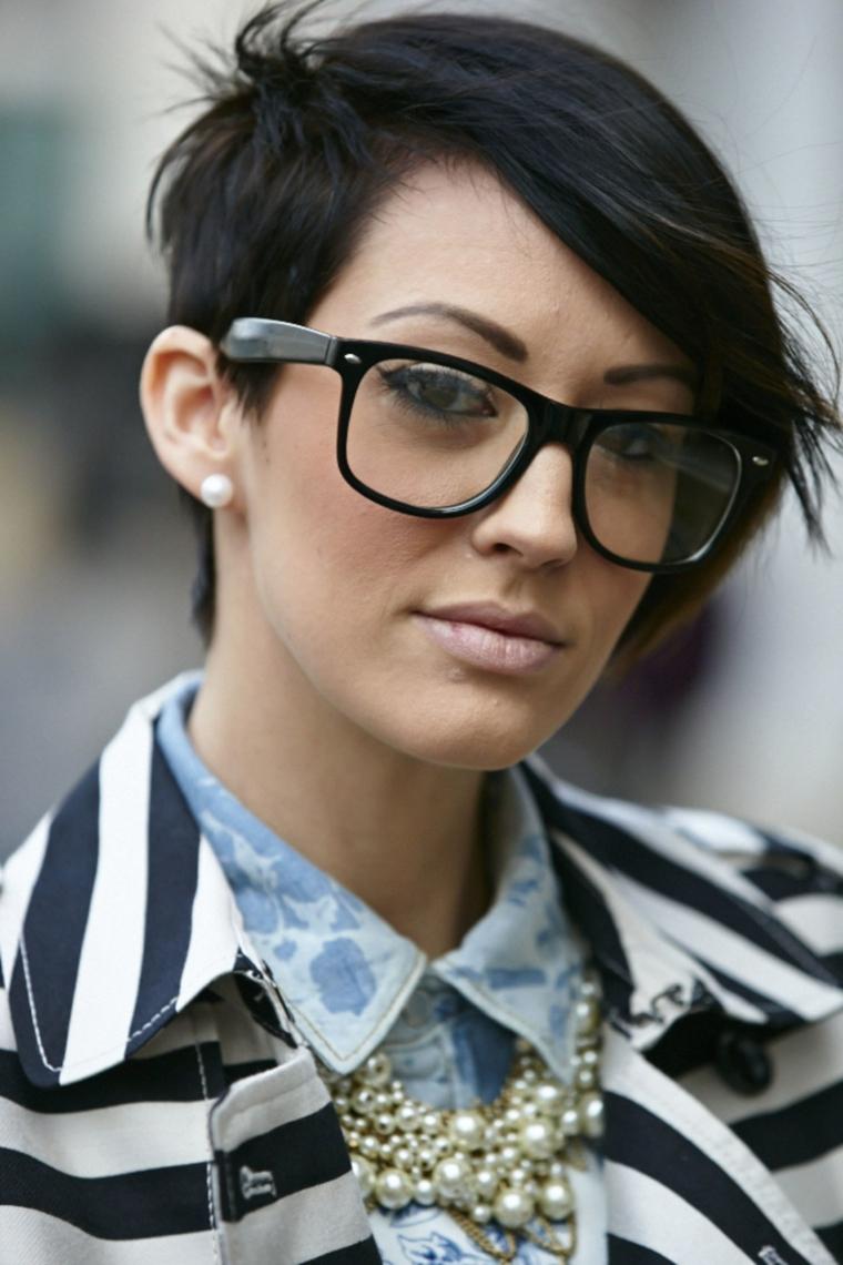 Capelli corti donna, acconciatura donna capelli lisci, occhiali da vista neri