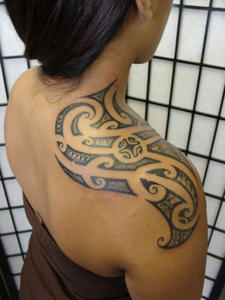 tatuaggio-maori-idea-spalla-donna