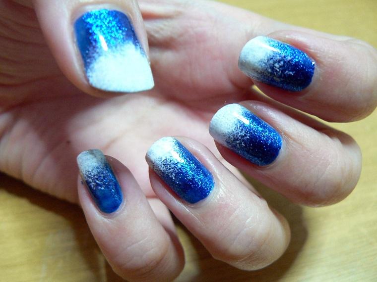 unghie-di-natale-azzurro-decorazioni-bianco-neve