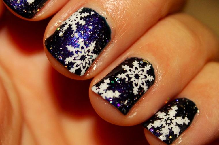 unghie-di-natale-blu-scure-decorazioni-bianche