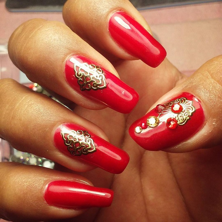 unghie-di-natale-rosse-decorazioni-oro-brillanti