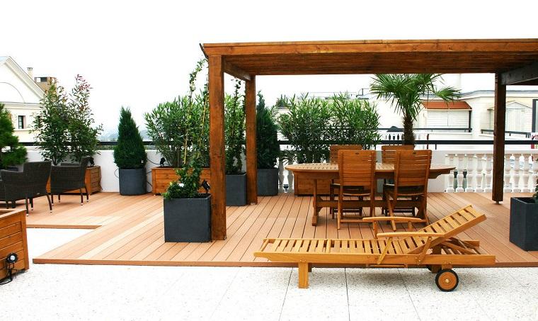 arredamento-terrazzo-mobili-legno-vasi-grigi