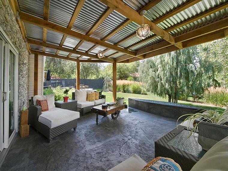 arredamento-terrazzo-sedute-vimini-cuscini-bianchi