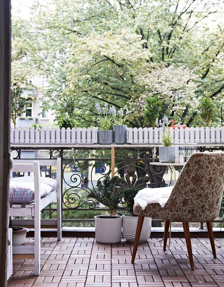 arredare-balcone-piccolo-poltrona-vasi